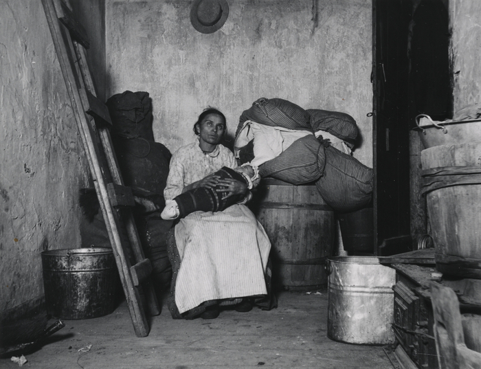 "Jacob Riis, Portrett, kvinne med baby. ""Home of an Italian Ragpicker"", Jersy Street, New York. Fra publikasjon: Photographer and Citizen, Alland 1974, Positivkopi gelatin, barytt, 12,0x15,5 cm, NMFF.002175"