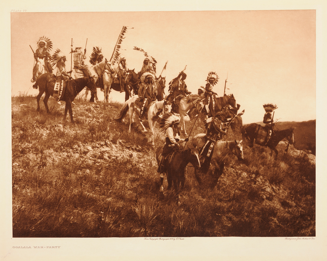 Edward Sheriff Curtis, Ogalala War Party, 1907. Tilhører Preus museums samling